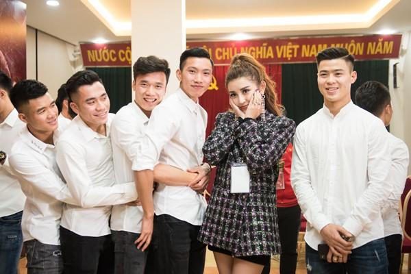 Á hậu Huyền My ngại ngùng giữ khoảng cách với các cầu thủ U23 Việt Nam