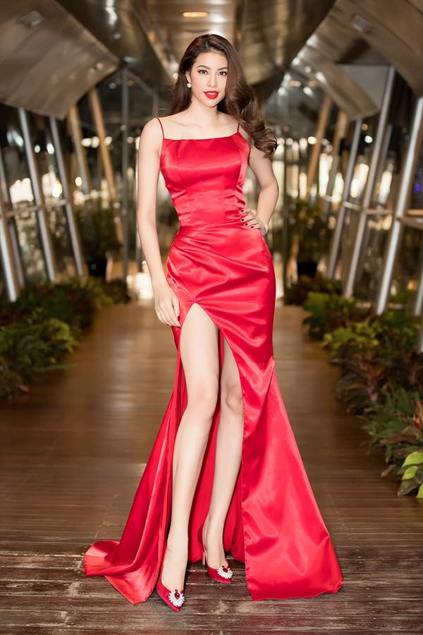 Phạm Hương mặc bộ đầm đỏ, xẻ thân cao khoe chân dài trong sự kiện tối qua.