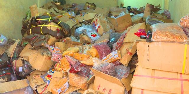 Nhiều sản phẩm mứt tết xuất xứ từ Trung Quốc đã có dấu hiệu chảy nước, bốc mùi hôi thối bị cơ quan chức năng thu giữ.