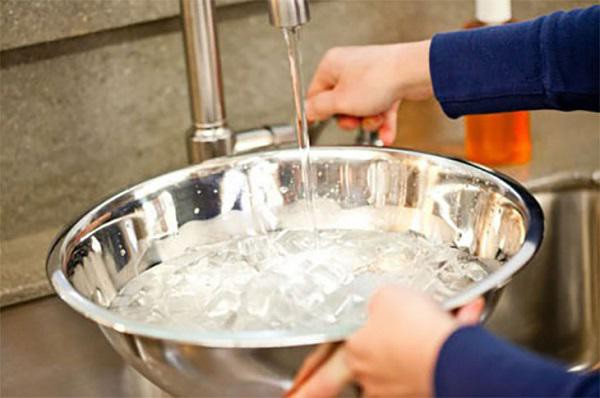 Đặt một chậu nước trong phòng tạo độ ẩm cần thiết cho phòng khi sử dụng quạt sưởi.