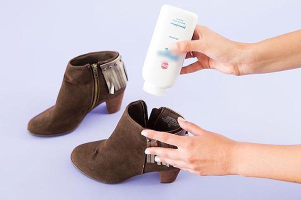 Rắc một ít phấn rôm vào giày, bạn sẽ không còn lo lắng mùi hôi làm phiền toái đôi giày yêu quý nữa.