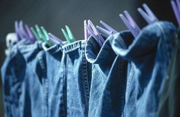 Không nên phơi quần áo qua đêm, dễ tích tụ vi khuẩn, ẩm mốc gây bệnh trên quần áo và còn gây mùi khó chịu.