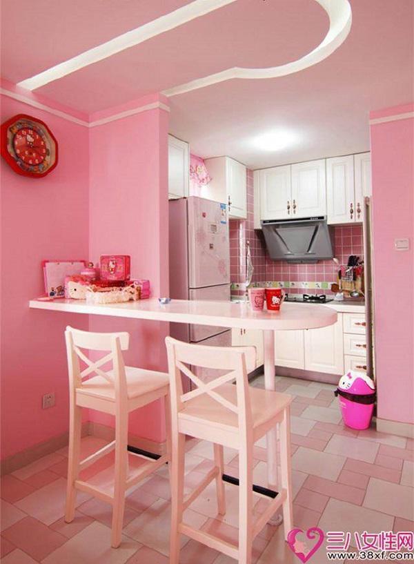 Khu bếp nhỏ nhắn với đồ làm bếp từ cơ bản đến các vật dụng nhỏ nhất như chiếc thùng rác cũng được lựa chọn màu hồng theo ý thích của cô chủ.