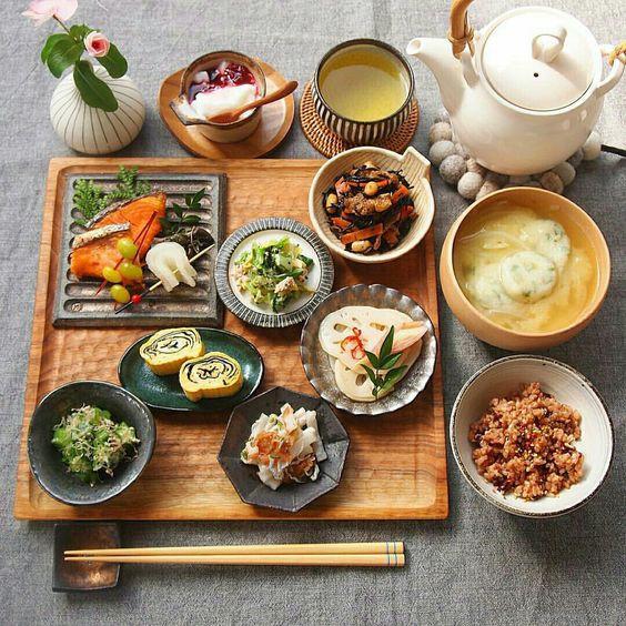 Trong một bữa ăn, người Nhật ăn rất nhiều món đặt trong những đĩa nhỏ giúp họ vừa bổ sung đa dạng các nhóm dưỡng chất vừa tránh ăn quá nhiều.
