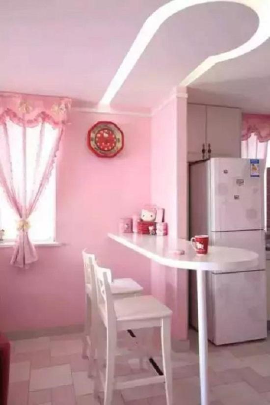 Kế bên là bộ bàn ăn hồng phấn xinh xắn đủ chỗ cho hai vợ chồng.