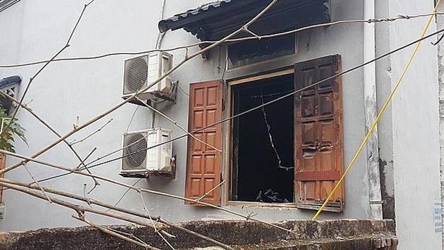 Ngọn lửa bùng phát lớn nên người dân phải tiếp cận đưa các nạn nhân ra ngoài qua đường cửa sổ.