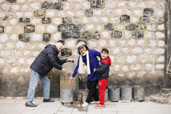 Hình ảnh điểm lấy nước công cộng rất quen thuộc với người dân Hà Nội trước đây.