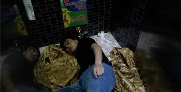 Cố móc chiếc iPhone rơi vào toilet, chàng trai bị mắc kẹt cả cánh tay