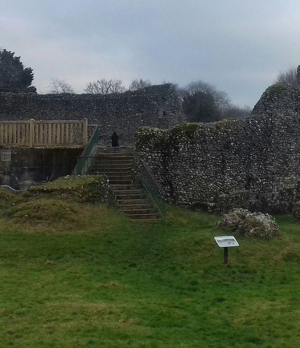 Một ông bố và con trai chụp ảnh một lâu đài thời Trung cổ cho biết họ vừa phát hiện một điều rất bí ẩn trong ảnh.