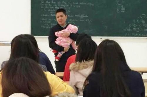 Giảng viên Nguyễn Văn Kết (Cao đẳng Công nghệ và Thương mại Hà Nội) bế con cho sinh viên làm bài thi. Ảnh: NVCC.