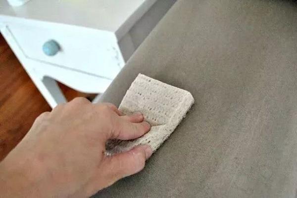 """Chị em đừng quá lo lắng, hãy áp dụng ngay những cách vệ sinh ghế sofa và màn, rèm cửa vô cùng đơn giản và nhanh chóng dưới đây để """"hô biến"""" nội thất cũ, bẩn trở nên sạch sẽ như mới đón Tết."""