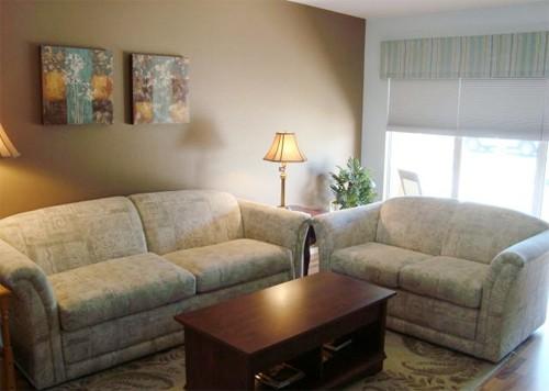 Nhiều người vội mua sofa vì ham rẻ mà không tính tới sự phù hợp của bộ ghế trong phòng khách. Ảnh minh họa: UHP.