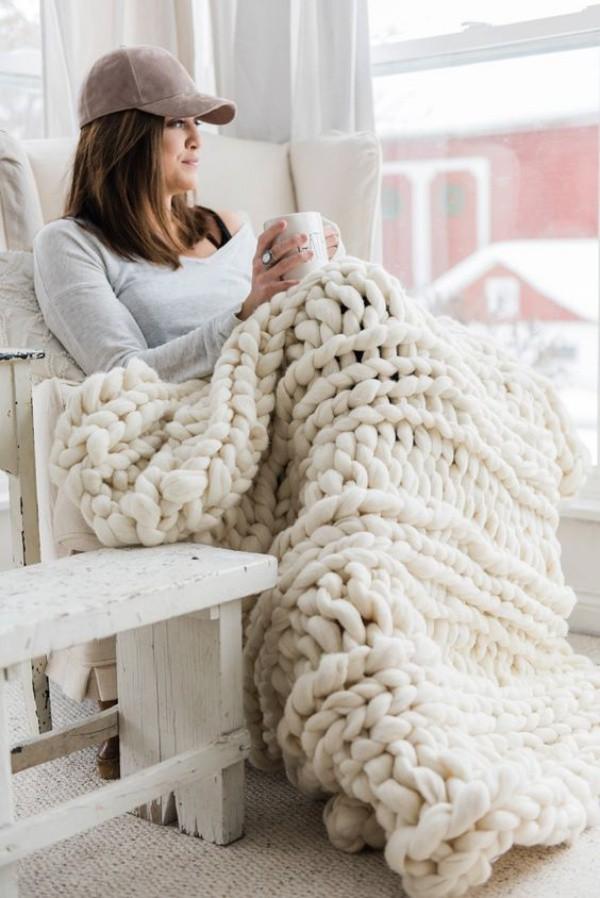 Chỉ cần chọn những mảnh len một màu, không cần cầu kỳ trong cách thiết kế, những mắt len đủ để tạo nên điểm nhấn cuốn hút và nghệ thuật cho ngôi nhà của bạn trong những ngày đông lạnh giá.