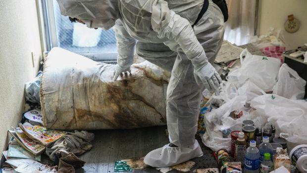 Một nhân viên kiểm tra căn phòng cần dọn dẹp sạch sẽ (Ảnh: Washington Post)