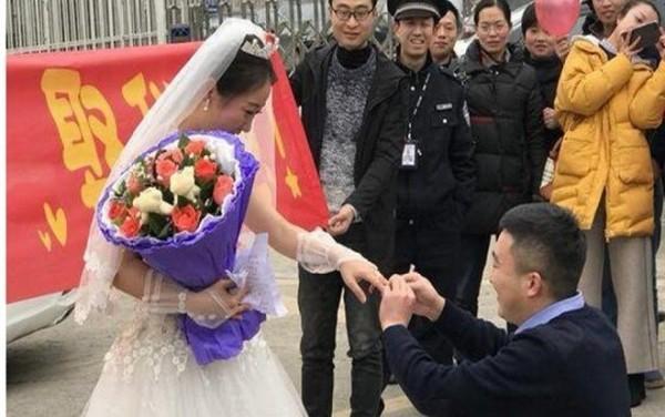 Người bạn trai sau đó đã quỳ xuống và đeo chiếc nhẫn lên tay của cô.