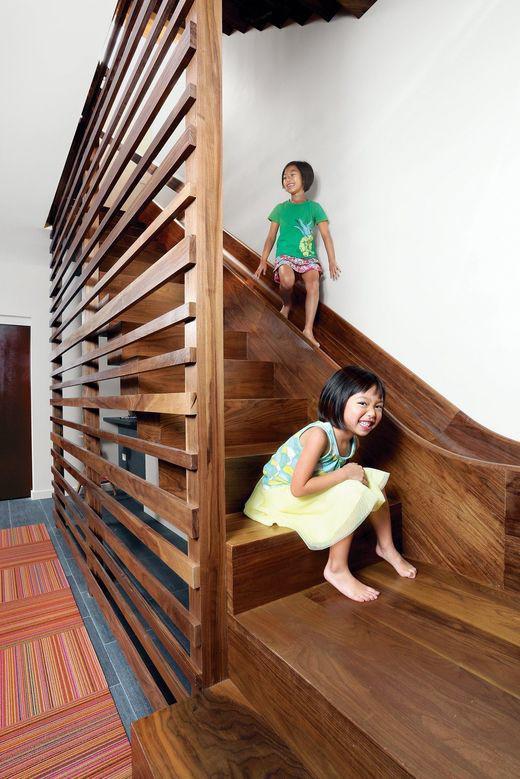 Thiết kế cầu thang kết hợp khu vui chơi mặc dù khá tốn kém chi phí và không gian, nhưng nhìn các bé được vui chơi an toàn và lành mạnh, chắc hẳn bậc cha mẹ nào cũng muốn đầu tư cho con.