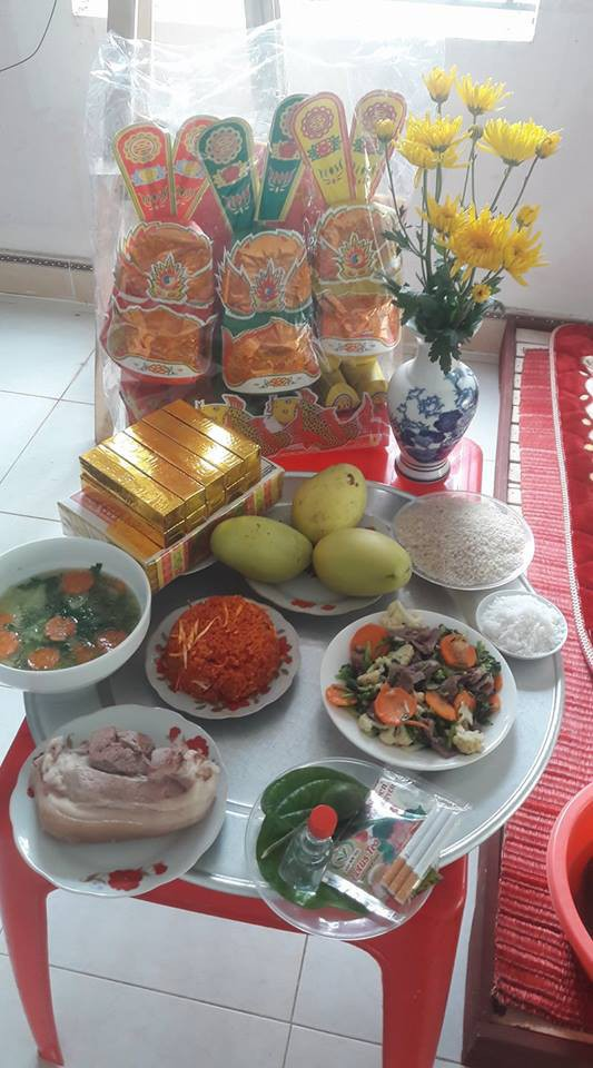 Mâm cơm cúng nhà mẹ Phạm Thị Quỳnh cũng được làm từ ngày 22 vì tranh thủ để còn đi làm.