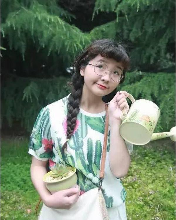 Cô gái trẻ đảm đang tận hưởng cuộc sống hạnh phúc và vui vẻ bên ngôi nhà vườn của riêng mình.