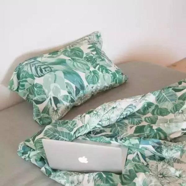 Giường ngủ ấm cúng với bộ chăn ga họa tiết nổi bật, cá tính.