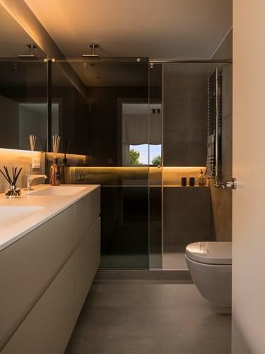 Với phòng tắm đồ nội thất gỗ có sự lựa chọn kỹ lưỡng hơn, chủ nhà đã chọn loại chất liệu gỗ không thấm nước, dùng làm bồn rửa.
