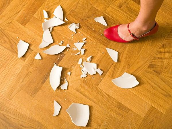 Khi vô tình làm vỡ gương hoặc bát đĩa, không nên vứt các mảnh vỡ vào thùng rác