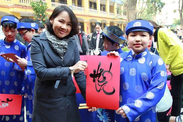 Cô Bùi Thị Hương, Hiệu trưởng trường THCS Phú Diễn trực tiếp trao chữ thu pháp cho học sinh.