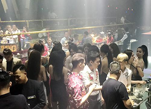 Hàng trăm khách chơi trong bar 212 lúc rạng sáng. Ảnh: Quốc Thắng.