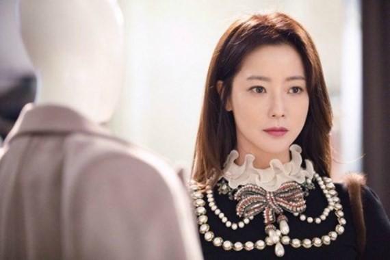 """Kim Hee Sun đẹp sang chảnh trong bộ phim """"Quý cô ưu tú""""."""