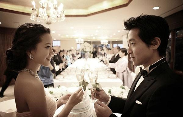 Kim Hee Sun kết hôn với đại gia Park Ju Young khi đang ở đỉnh cao sự nghiệp.