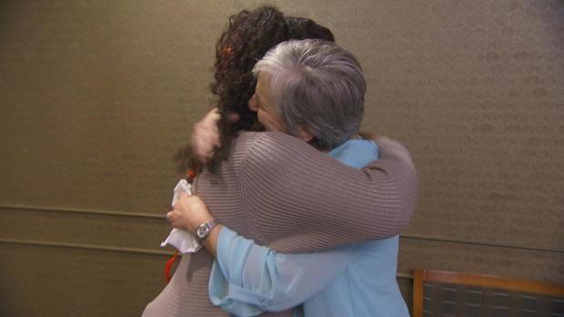 Hai người phụ nữ ôm chầm lấy nhau trong nước mắt.