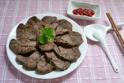 Bước 5: Đậy kín lọ và ngâm bò từ 5-7 ngày là có thể dùng được. Khi dùng bạn dùng dao sắc và thái bò thành những lát thật mỏng. Lựa phần bắp nhiều gân sẽ làm cho những lát bò khi ăn vừa có độ dai mà lại thấm vị mặn ngọt rất thú vị.