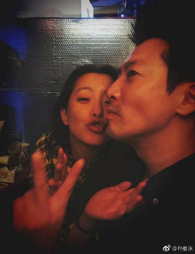 Vợ chồng Kim Hee Sun kỷ niệm 10 năm ngày cưới.