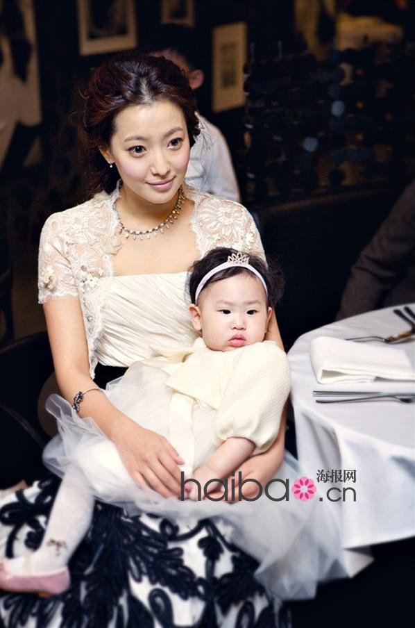 Kim Hee Sun sinh con gái đầu lòng vào năm 2009.