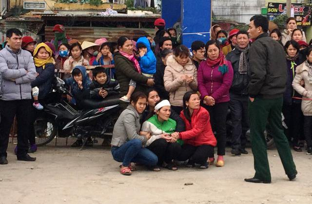 Người thân chờ đón thi thể Nguyễn Văn Nguyên để mai táng theo phong tục địa phương