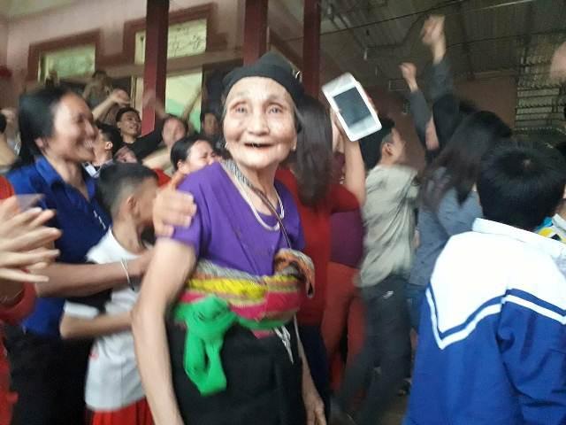 Bà nội Tiến Dũng cười sung sướng khi đội U23 Việt Nam giành chiến thắng
