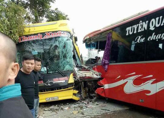 Hiện trường vụ hai xe khách đấu đầu. Ảnh: Nguyễn Thúy