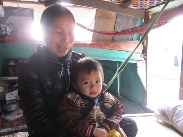 Bà Thơm và cháu nội 2 tuổi.