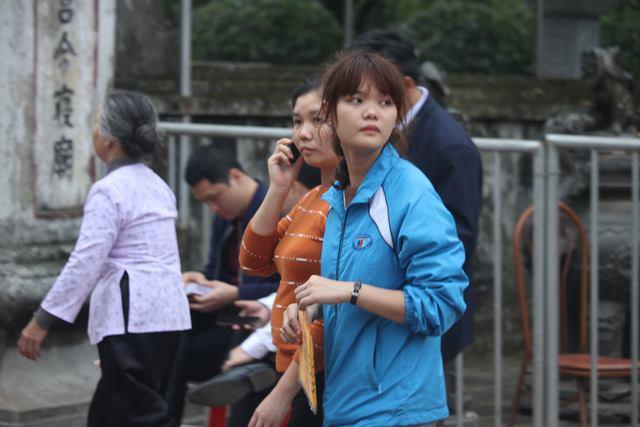 Những thanh niên trẻ tuổi cũng cầm trên tay một túi đựng các loại lá bùa, trấn trạch.