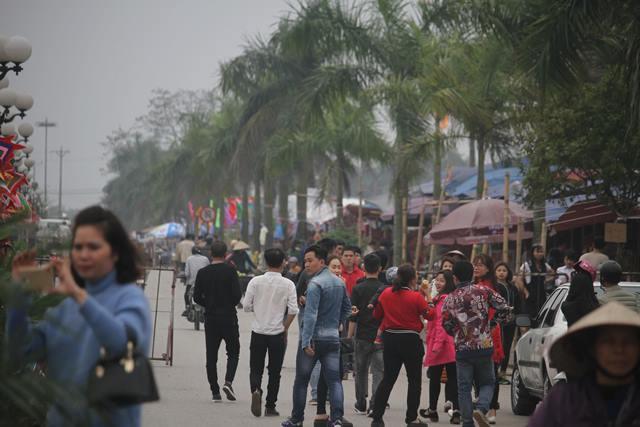 Càng về cuối ngày, người dân kéo đến lễ hội càng đông.