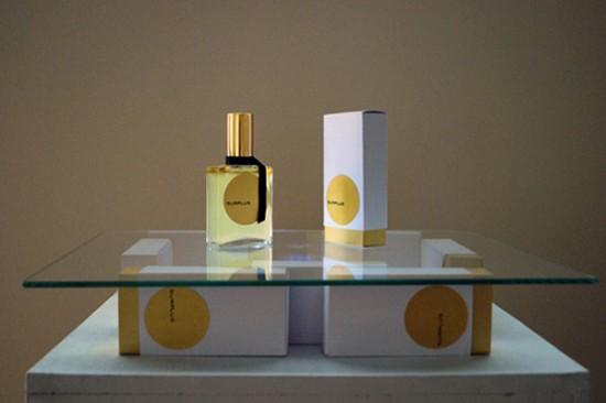 Những chai nước hoa được làm từ phân.