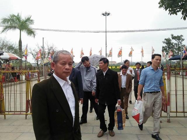 Từng đoàn người có mặt rất sớm để dự lễ khai ấn đền Trần.