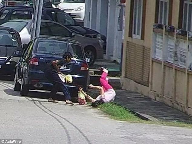 Cụ già bị cướp giật trên phố, người qua đường ngoảnh mặt làm ngơ