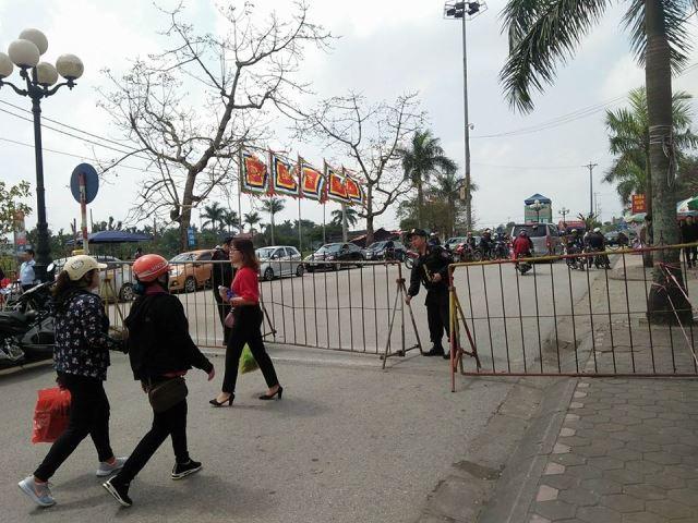 Các thanh chắn barie từ bên ngoài đền Trần đã được dựng lên. Ảnh: PV