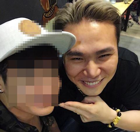 Châu Việt Cường (phải) và một người bạn thân cùng là ca sĩ.