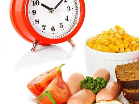 Bữa tối diễn ra quá muộn không chỉ ảnh hưởng đến khẩu vị mà còn tác động tiêu cực tới sức khỏe. (Ảnh minh họa: Nguồn Internet).