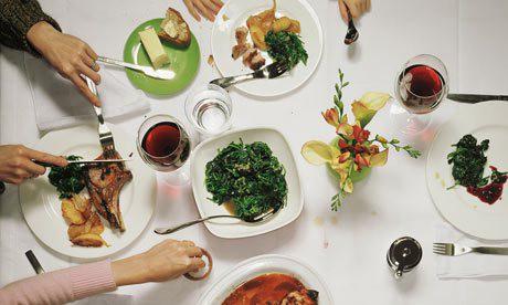 Bữa tối có thể diễn ra một cách chậm rãi nhưng không nên quá lâu. (Ảnh minh họa: Nguồn Internet).