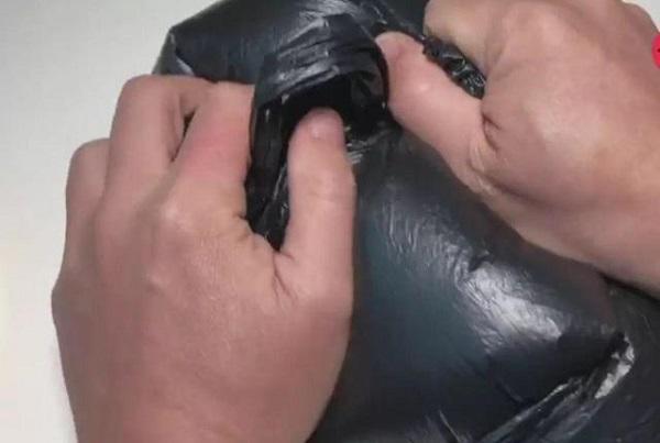 Đừng quên buộc thật chặt túi tỏi lại, tránh để không khí bên ngoài vào nhé.