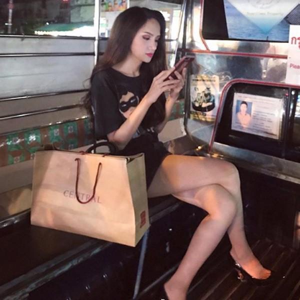 Hương Giang trên xe tuk tuk