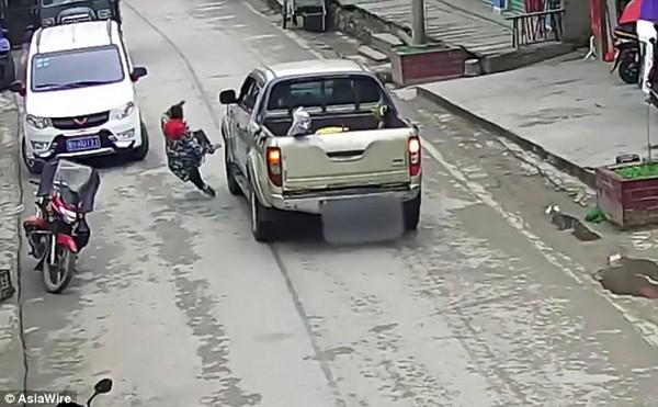 Bà mẹ bị hất văng khi ngăn chiếc xe lại.