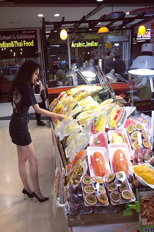 Một người bạn tiết lộ, Hương Giang được ban tổ chức Hoa hậu Chuyển giới Quốc tế chuẩn bị xe riêng để di chuyển trong những ngày lưu lại đây, nhưng cô lại chọn đi xe songthaew - một phương tiện công cộng của người dân và khách du lịch ở Pattaya.